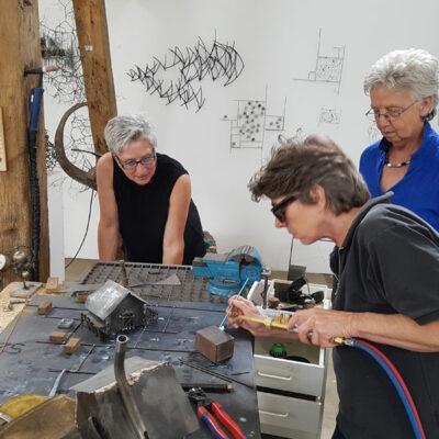 Regine Rostalski beim Löten in ihrem Atelier.